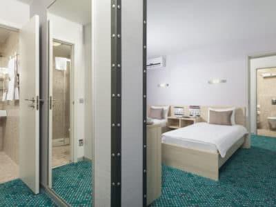 Люкс 2-хкомнатный с 1 двуспальной кроватью и 2 односпал. кроватями Green Park 4